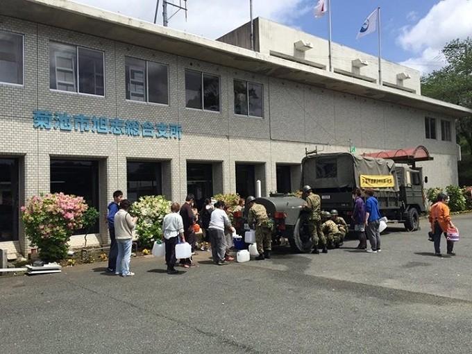 自衛隊による飲料水の配給に並ぶ避難者