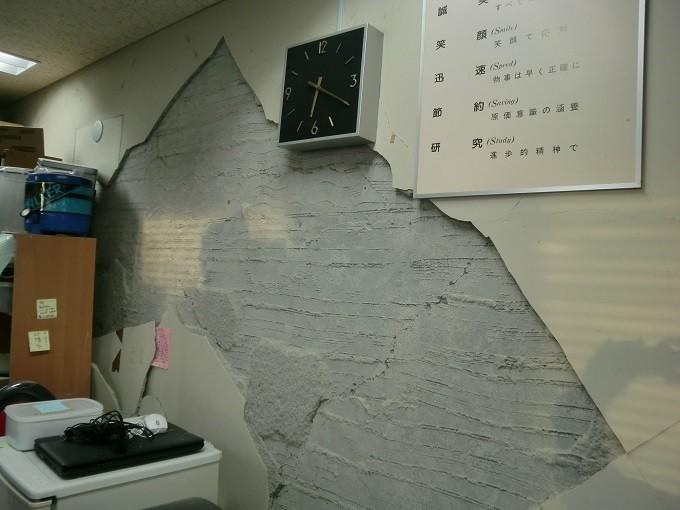 壁が崩壊した市役所庁舎内の様子。