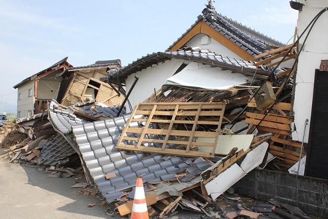 地震により倒壊した家屋