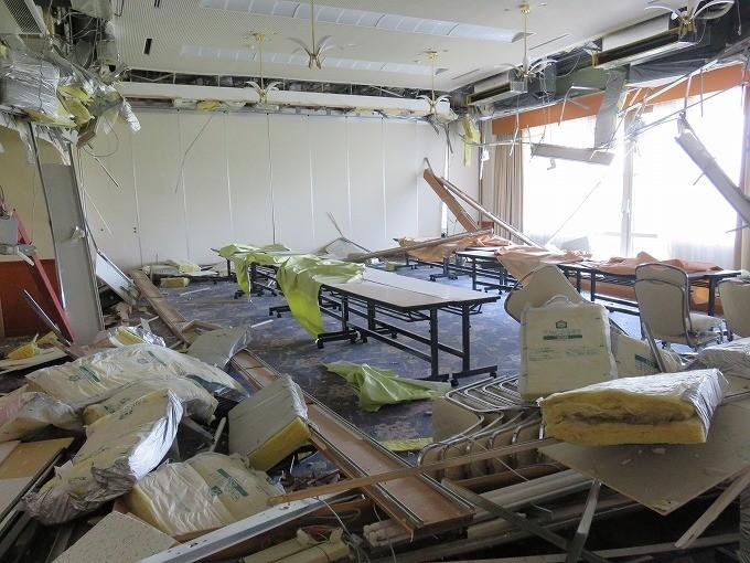 施設の大ホールが壊滅的状態