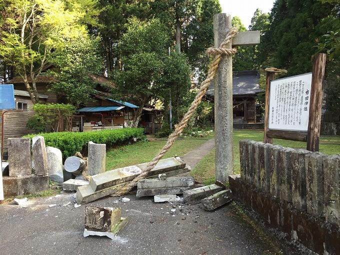 倒壊した布田神社の鳥居