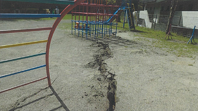 亀裂が生じた町立保育園のグラウンド