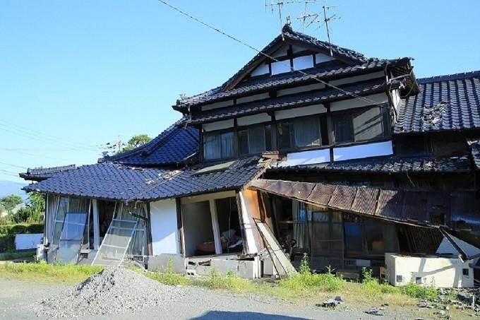 家の柱や基礎など全体的に傾いた家屋