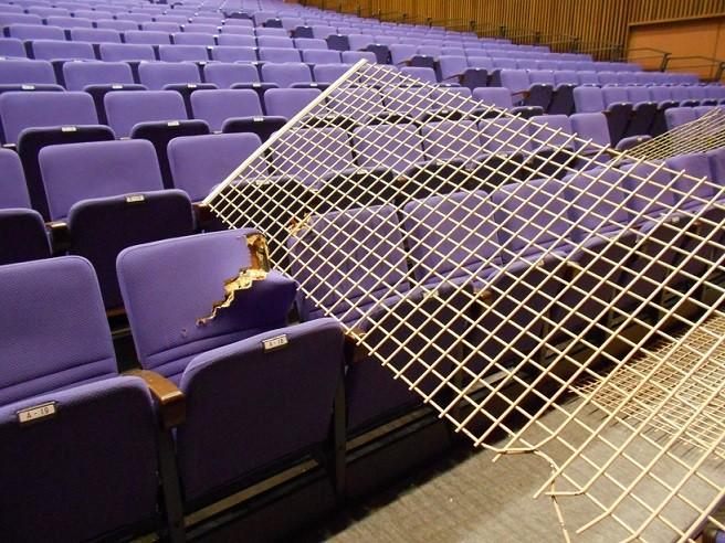 天井材が落下し、座席が破損した菊陽町図書館ホール