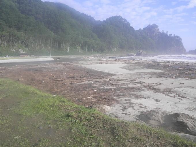 自慢の景観である普代浜園地キラウミは流木でいっぱいに