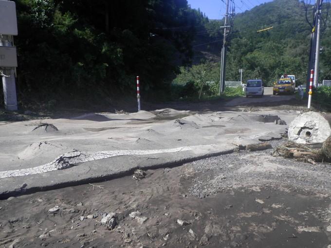 茂市川付近の道路は地盤が液状化して凸凹