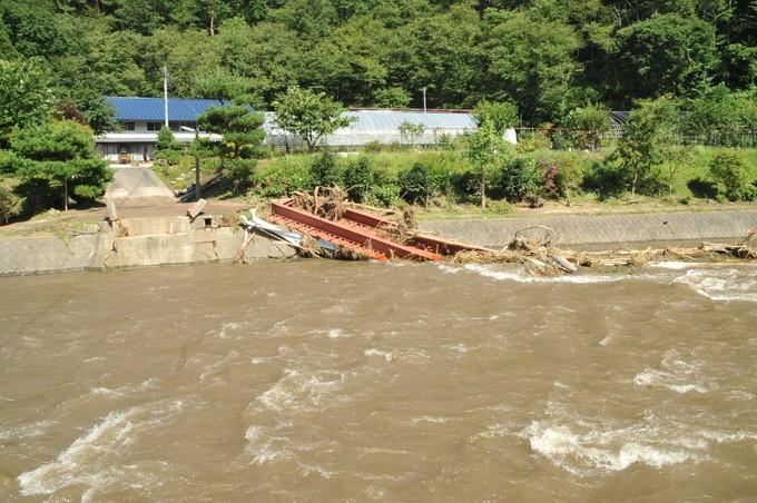 橋が壊れ濁流に流されました。