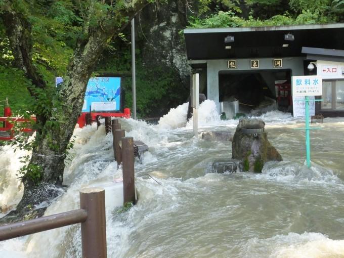 日本三大鍾乳洞「龍泉洞」の地底湖からあふれ出した大量の水