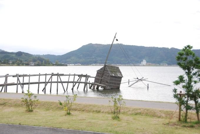 倒壊した東郷湖の四ッ手網