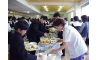 小中学校で学校給食に自校方式をとっています。