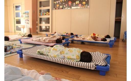子ども用午睡ベッド・遊具・図書等を購入しました。