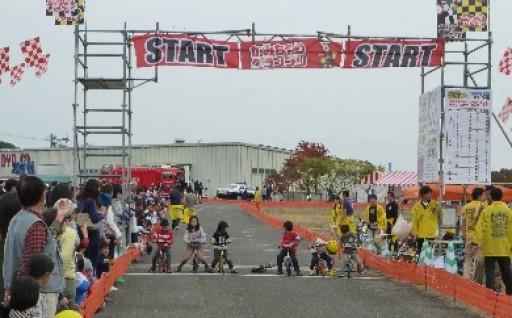 三輪車レース「かみちゃりグランプリ」を開催!