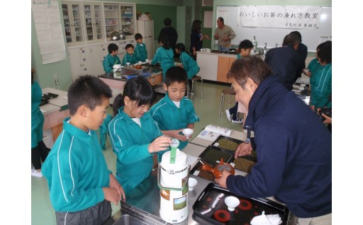 お茶の淹れ方教室を開催しました