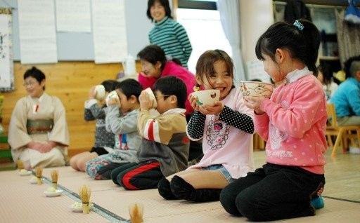 抹茶体験で礼儀作法も会得。特色ある保育を実践中!