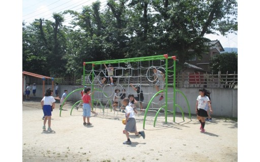 小学校の校庭に遊具を設置しました