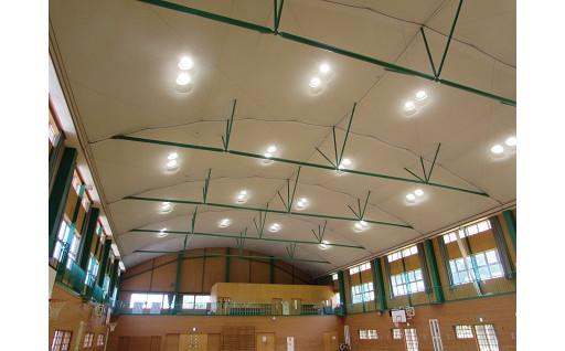 小学校の体育館が、LEDになりました!