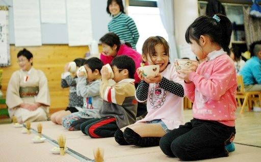 園児ら抹茶体験で「いただきます。ごちそうさま♪」