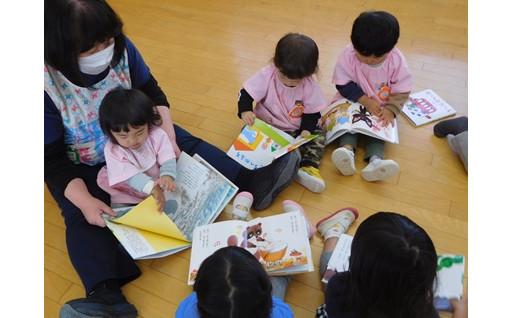 市内図書館、保育園に新しい絵本を配布しました。