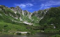2 登山道や遊歩道、山小屋などの施設を設備し、山岳・山麓の環境を保全する事業