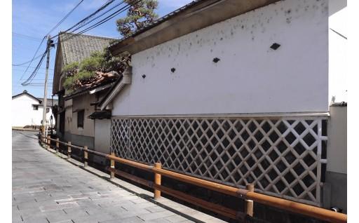「な」まこ壁の蔵が建つ稲荷山(重要伝統的建造物群保存地区)の整備